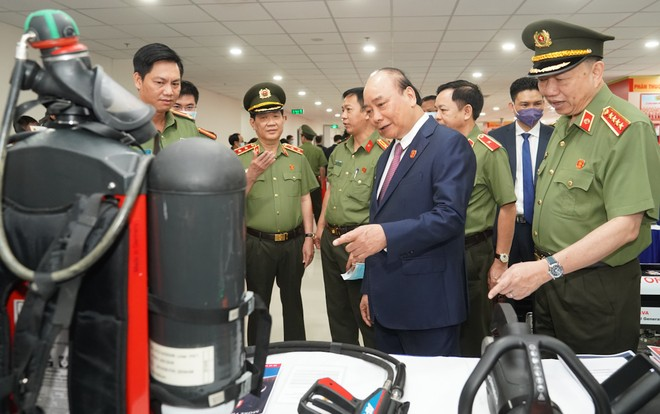 Súng bắn tỉa, bình xịt cay, áo giáp chống đạn AK…tại triển lãm trang thiết bị hỗ trợ công tác nghiệp vụ của Bộ Công an ảnh 1