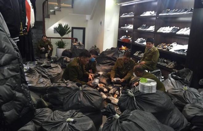 """Phát hiện số lượng lớn hàng thời trang nghi vấn tại chuỗi cửa hàng """"AE Shop Việt Nam"""" ảnh 1"""