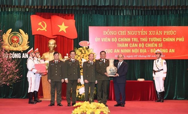 Thủ tướng Nguyễn Xuân Phúc thăm hỏi, động viên, kiểm tra công tác ứng trực, sẵn sàng chiến đấu 3 đơn vị của Bộ Công an ảnh 2