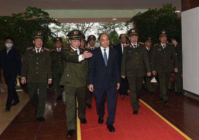 Thủ tướng Nguyễn Xuân Phúc thăm hỏi, động viên, kiểm tra công tác ứng trực, sẵn sàng chiến đấu 3 đơn vị của Bộ Công an ảnh 3