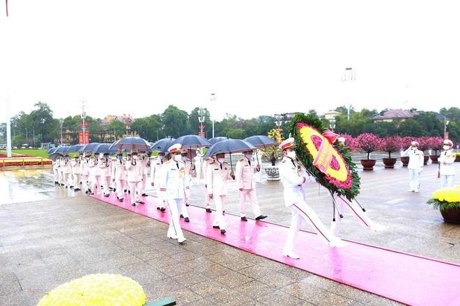 Đoàn đại biểu Đảng ủy Công an Trung ương, Bộ Công an vào Lăng viếng Chủ tịch Hồ Chí Minh ảnh 1