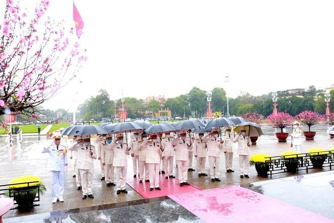 Đoàn đại biểu Đảng ủy Công an Trung ương, Bộ Công an vào Lăng viếng Chủ tịch Hồ Chí Minh ảnh 2
