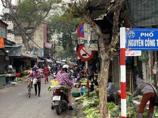 Hà Nội: Lực lượng Công an cơ sở triển khai tuyên truyền, nhắc nhở các hộ kinh doanh chấp hành yêu cầu phòng chống Covid, từ 0h ngày 16-2 ảnh 11