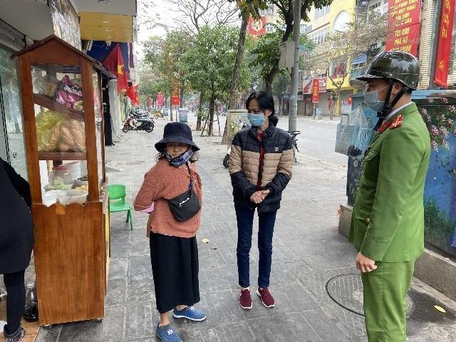 Hà Nội: Lực lượng Công an cơ sở triển khai tuyên truyền, nhắc nhở các hộ kinh doanh chấp hành yêu cầu phòng chống Covid, từ 0h ngày 16-2 ảnh 8