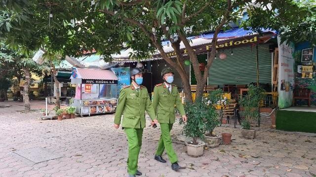 Hà Nội: Lực lượng Công an cơ sở triển khai tuyên truyền, nhắc nhở các hộ kinh doanh chấp hành yêu cầu phòng chống Covid, từ 0h ngày 16-2 ảnh 18