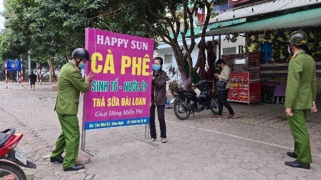Hà Nội: Lực lượng Công an cơ sở triển khai tuyên truyền, nhắc nhở các hộ kinh doanh chấp hành yêu cầu phòng chống Covid, từ 0h ngày 16-2 ảnh 19