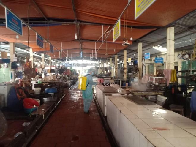 Phòng ngừa, chặn 'giặc' Covid-19 tại các chợ dân sinh ảnh 3