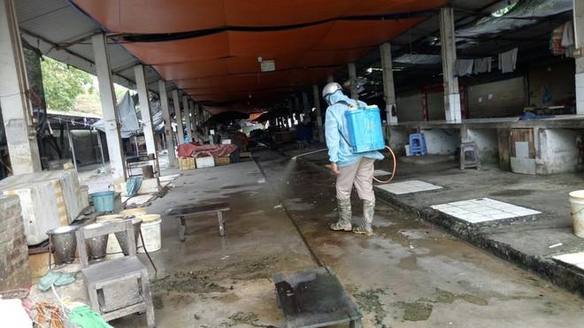 Phòng ngừa, chặn 'giặc' Covid-19 tại các chợ dân sinh ảnh 2
