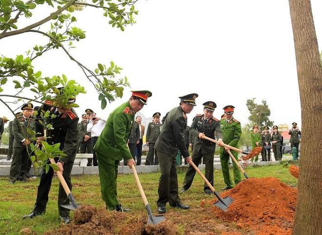 Đoàn đại biểu Đảng ủy Công an Trung ương, Bộ Công an dâng hoa tưởng niệm Chủ tịch Hồ Chí Minh ảnh 2