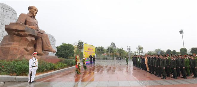 Đoàn đại biểu Đảng ủy Công an Trung ương, Bộ Công an dâng hoa tưởng niệm Chủ tịch Hồ Chí Minh ảnh 1