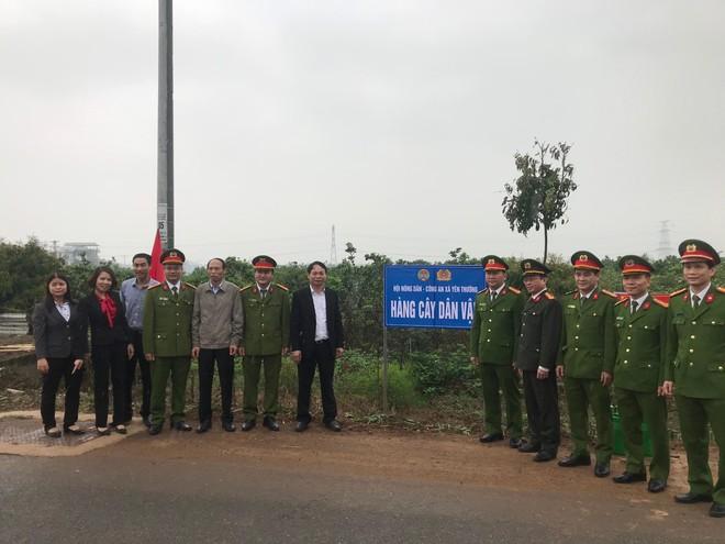 """Đại biểu phòng chức năng CATP, xã Yên Thường và Công an huyện Gia Lâm bên trục đường vừa được trồng """"Hàng cây dân vận"""""""