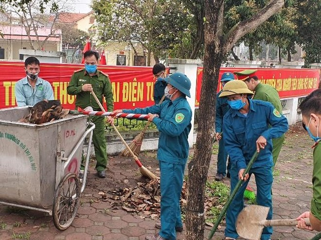 Sắc phục xanh tham gia làm sạch đường làng, ngõ xóm ảnh 1