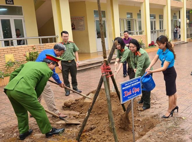 Trồng cây tặng 'tương lai xanh' cho học sinh trung học cơ sở ảnh 1