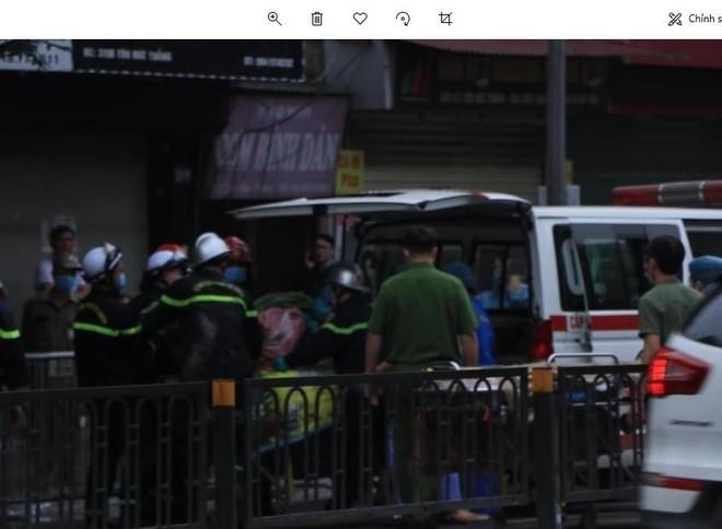 [Clip] Lực lượng chức năng phong tỏa hiện trường vụ cháy ở phố Tôn Đức Thắng ảnh 1