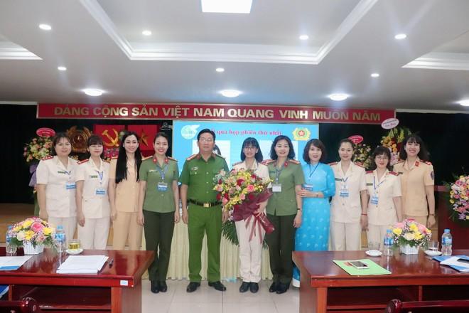 Đại hội Phụ nữ Công an huyện Gia Lâm: Đại biểu nghiên cứu văn kiện bằng thẻ tích hợp mã QR ảnh 1