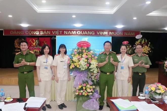 Đại hội Phụ nữ Công an huyện Gia Lâm: Đại biểu nghiên cứu văn kiện bằng thẻ tích hợp mã QR ảnh 2