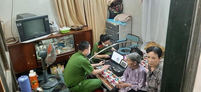 Cấp Căn cước gắn chip tại quận Long Biên (Hà Nội): Sáng tinh thần vì nhân dân phục vụ ảnh 14