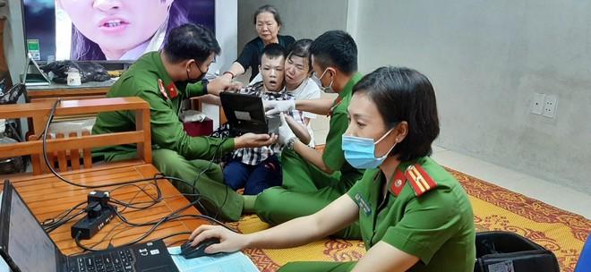 Cấp Căn cước gắn chip tại quận Long Biên (Hà Nội): Sáng tinh thần vì nhân dân phục vụ ảnh 2