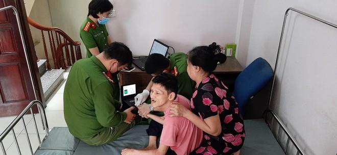 Cấp Căn cước gắn chip tại quận Long Biên (Hà Nội): Sáng tinh thần vì nhân dân phục vụ ảnh 1