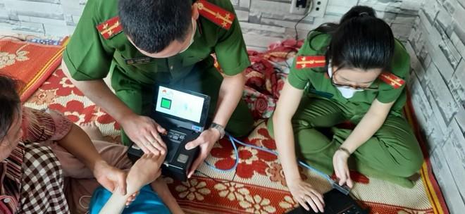 Cấp Căn cước gắn chip tại quận Long Biên (Hà Nội): Sáng tinh thần vì nhân dân phục vụ ảnh 12