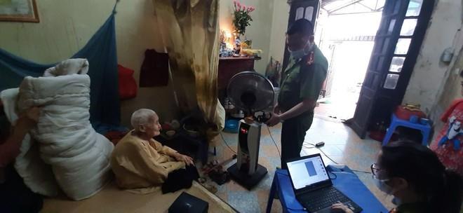 Cấp Căn cước gắn chip tại quận Long Biên (Hà Nội): Sáng tinh thần vì nhân dân phục vụ ảnh 8