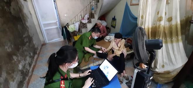 Cấp Căn cước gắn chip tại quận Long Biên (Hà Nội): Sáng tinh thần vì nhân dân phục vụ ảnh 7