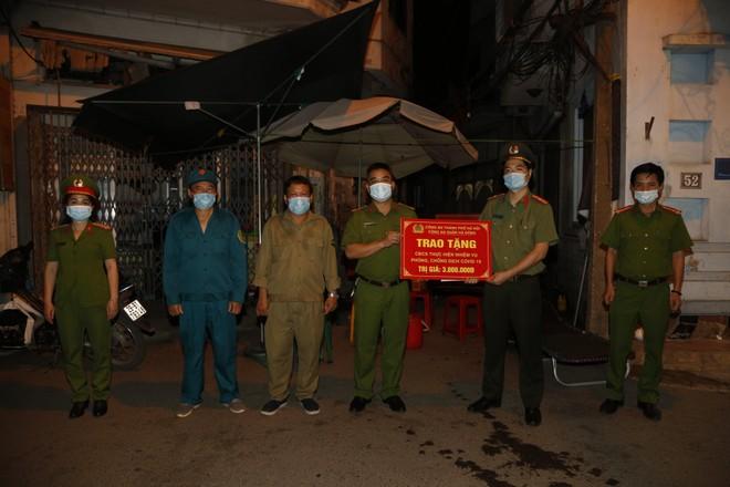 'Chia lửa' với đồng chí, đồng đội và cán bộ cơ sở nơi tuyến đầu chống dịch ảnh 1