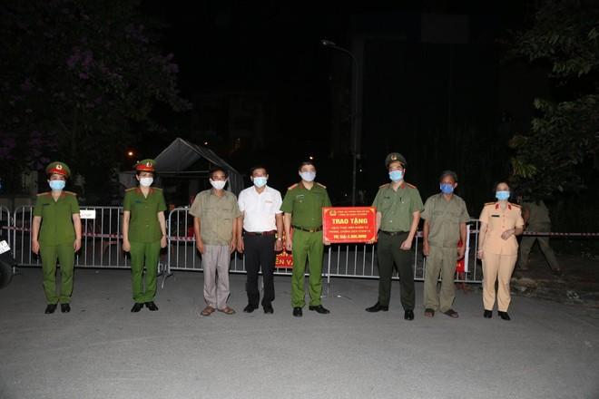 'Chia lửa' với đồng chí, đồng đội và cán bộ cơ sở nơi tuyến đầu chống dịch ảnh 2