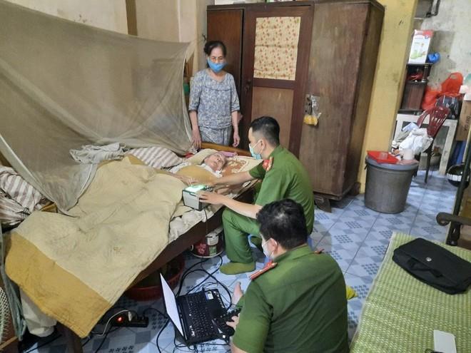 Hình ảnh đẹp của chiến sỹ Công an quận Hà Đông trong 'chiến dịch' cấp Căn cước công dân ảnh 10