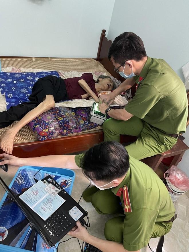 Hình ảnh đẹp của chiến sỹ Công an quận Hà Đông trong 'chiến dịch' cấp Căn cước công dân ảnh 8