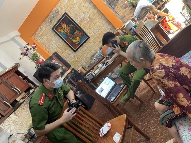 Hình ảnh đẹp của chiến sỹ Công an quận Hà Đông trong 'chiến dịch' cấp Căn cước công dân ảnh 2