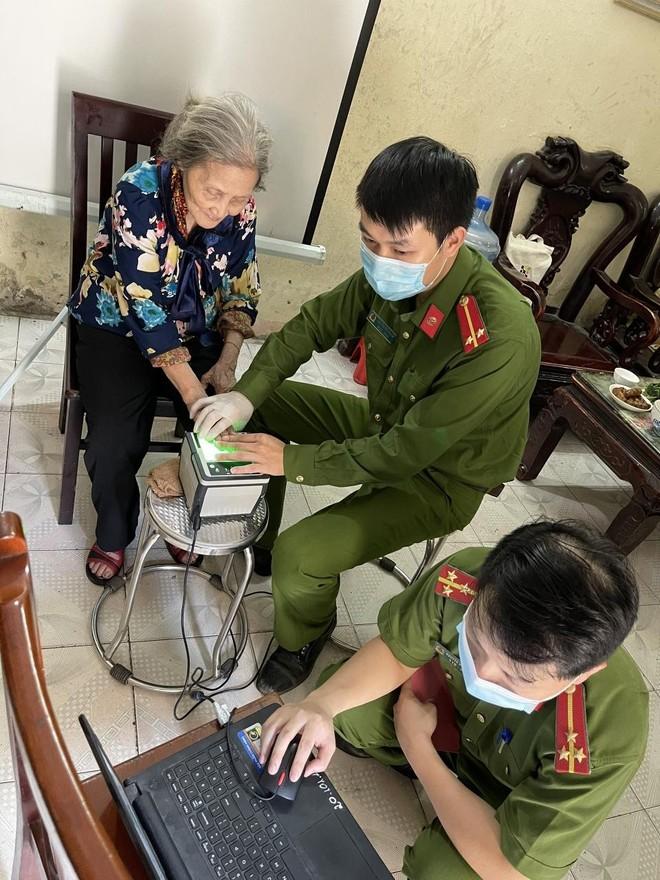 Hình ảnh đẹp của chiến sỹ Công an quận Hà Đông trong 'chiến dịch' cấp Căn cước công dân ảnh 5