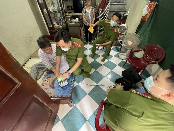 Hình ảnh đẹp của chiến sỹ Công an quận Hà Đông trong 'chiến dịch' cấp Căn cước công dân ảnh 4