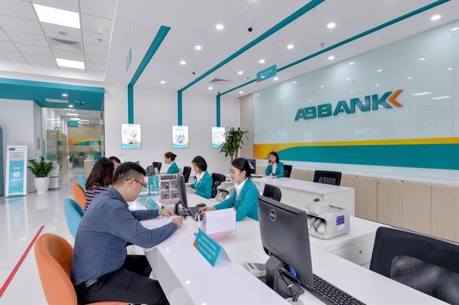 ABBANK áp dụng hệ thống nhận diện thương hiệu và không gian giao dịch mới ảnh 1