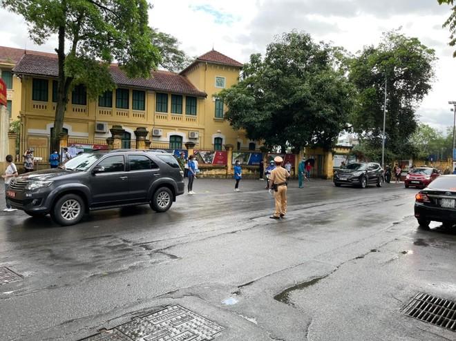 Lực lượng Công an 'đón' bão, đội mưa đảm bảo an toàn phục vụ sĩ tử thành công kỳ thi vào lớp 10 ảnh 4