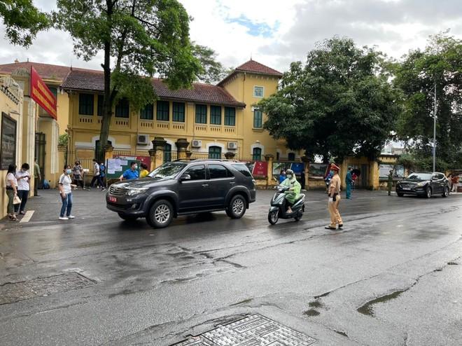 Lực lượng Công an 'đón' bão, đội mưa đảm bảo an toàn phục vụ sĩ tử thành công kỳ thi vào lớp 10 ảnh 5