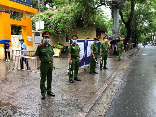 Lực lượng Công an 'đón' bão, đội mưa đảm bảo an toàn phục vụ sĩ tử thành công kỳ thi vào lớp 10 ảnh 6