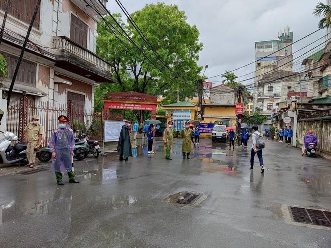Lực lượng Công an 'đón' bão, đội mưa đảm bảo an toàn phục vụ sĩ tử thành công kỳ thi vào lớp 10 ảnh 14