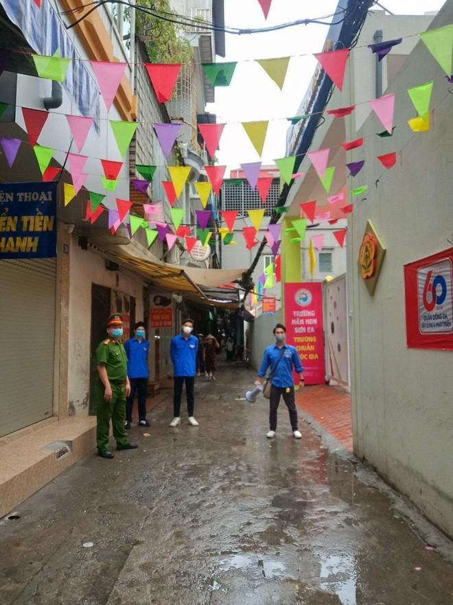 Lực lượng Công an 'đón' bão, đội mưa đảm bảo an toàn phục vụ sĩ tử thành công kỳ thi vào lớp 10 ảnh 8