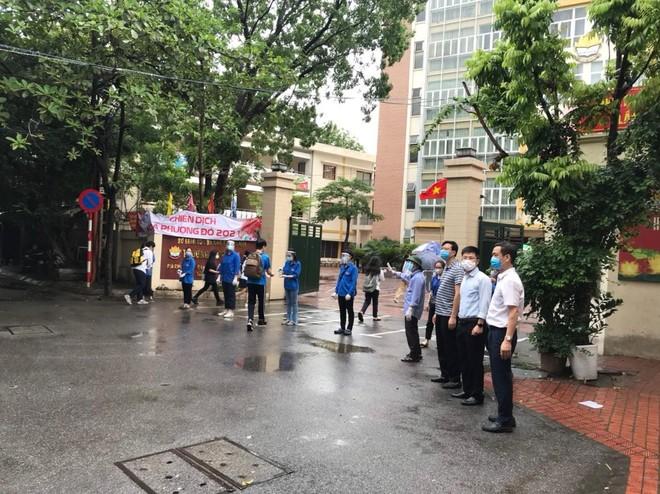 Lực lượng Công an 'đón' bão, đội mưa đảm bảo an toàn phục vụ sĩ tử thành công kỳ thi vào lớp 10 ảnh 9
