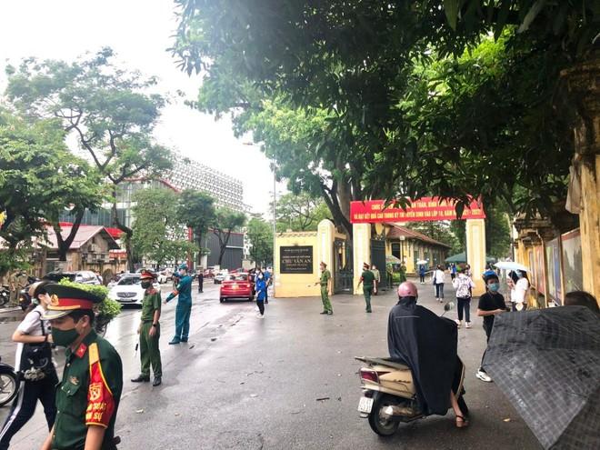 Lực lượng Công an 'đón' bão, đội mưa đảm bảo an toàn phục vụ sĩ tử thành công kỳ thi vào lớp 10 ảnh 1