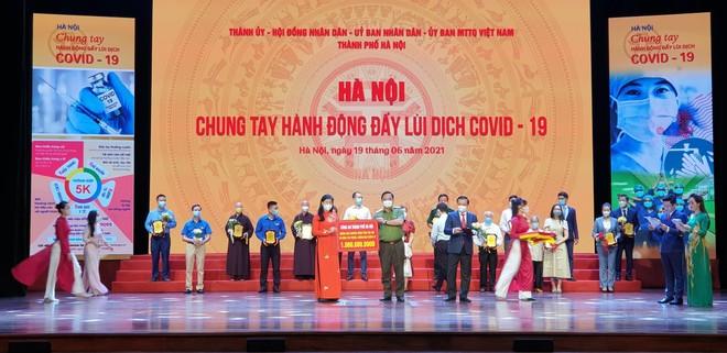 """Công an Hà Nội ủng hộ 1 tỷ đồng vào chương trình """"Hà Nội chung tay hành động đẩy lùi dịch Covid-19"""" ảnh 1"""