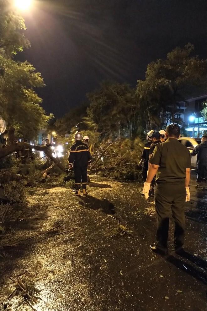 Hà Nội: Vừa dứt trận mưa lớn, lực lượng Công an nhanh chóng có mặt tại các 'điểm nóng' ảnh 6
