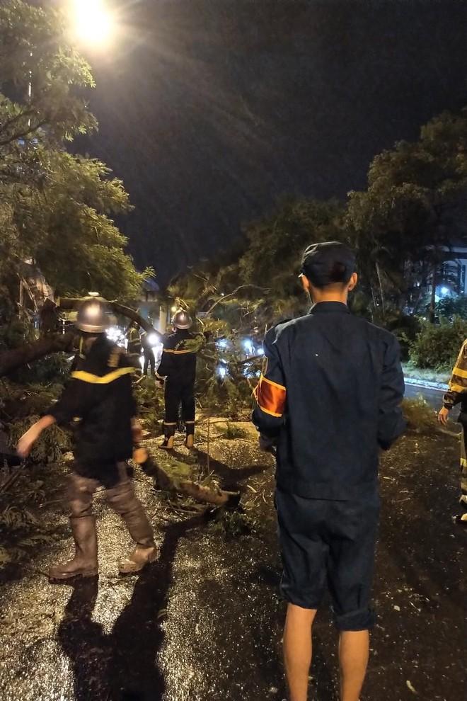 Hà Nội: Vừa dứt trận mưa lớn, lực lượng Công an nhanh chóng có mặt tại các 'điểm nóng' ảnh 4