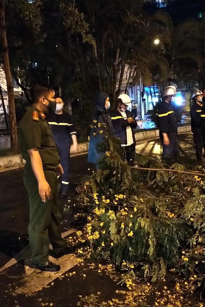 Hà Nội: Vừa dứt trận mưa lớn, lực lượng Công an nhanh chóng có mặt tại các 'điểm nóng' ảnh 2