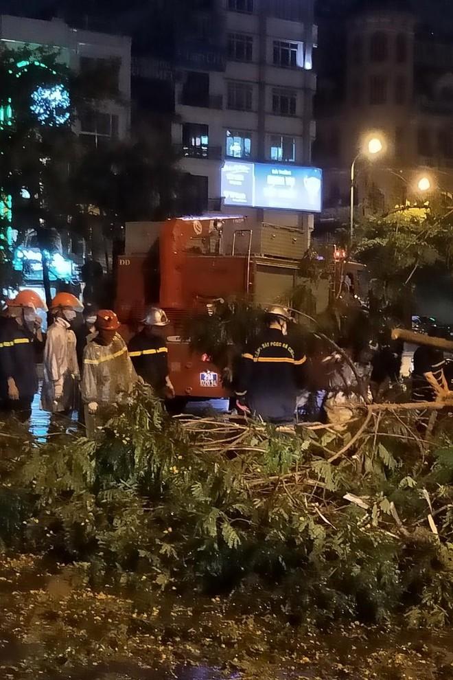 Hà Nội: Vừa dứt trận mưa lớn, lực lượng Công an nhanh chóng có mặt tại các 'điểm nóng' ảnh 1