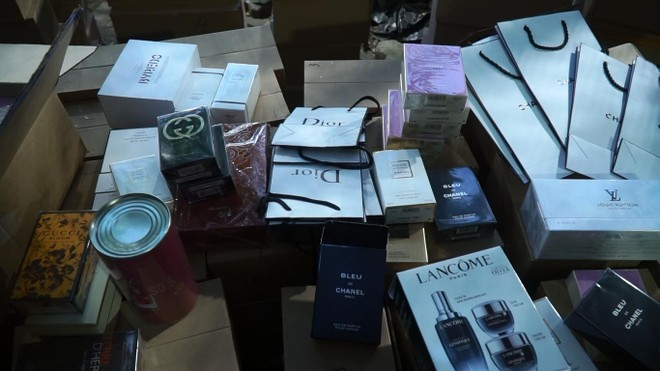 Chủ lô hàng hơn 11.000 sản phẩm nước hoa nhãn mác ngoại khai giá bán 40.000 đồng/ lọ ảnh 3
