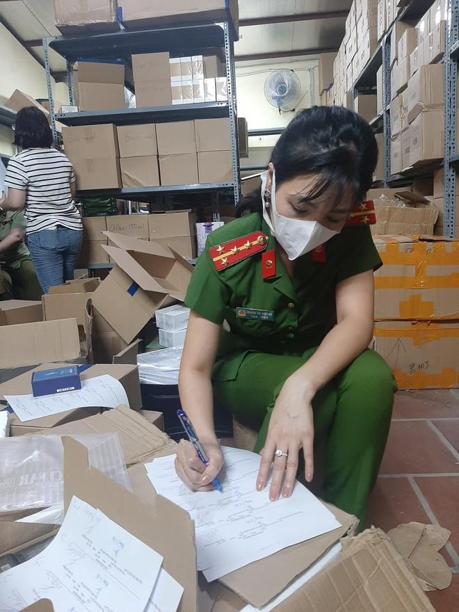 Chủ lô hàng hơn 11.000 sản phẩm nước hoa nhãn mác ngoại khai giá bán 40.000 đồng/ lọ ảnh 2