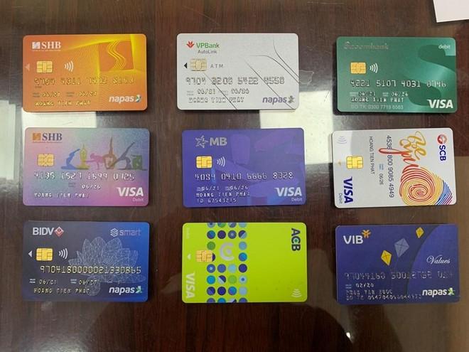 Nhân viên ngân hàng cảnh giác, 'lộ' người đàn ông sử dụng 2 giấy tờ tùy thân ảnh 2