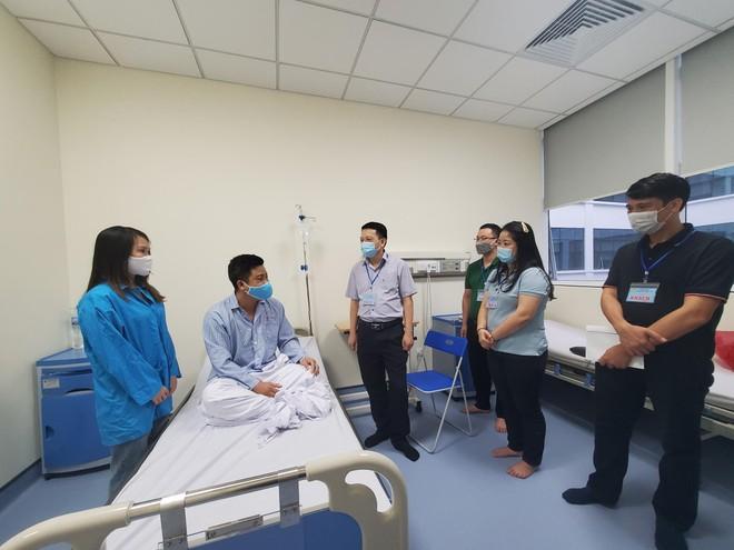 Ban Giám đốc Công an Hà Nội thăm hỏi, động viên đồng chí Phó trưởng Công an xã bị thương trong khi làm nhiệm vụ ảnh 1